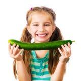 小女孩用黄瓜 图库摄影