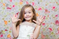 小女孩画象花卉背景的 免版税库存照片