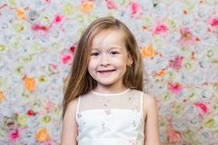 小女孩画象花卉背景的 免版税库存图片
