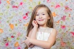 小女孩画象花卉背景的 库存照片