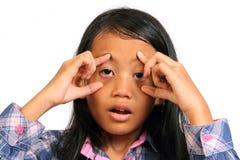 小女孩疲倦和推挤开放她的眼睛 图库摄影