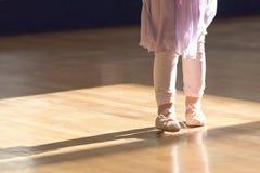 小女孩的创造性的芭蕾关闭芭蕾拖鞋的和裙子和长袜 免版税库存图片