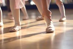小女孩的创造性的芭蕾关闭芭蕾拖鞋的; 免版税库存照片