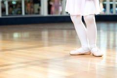 小女孩的创造性的芭蕾关闭芭蕾拖鞋的; 免版税库存图片