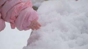 小女孩的手接触雪 影视素材