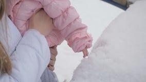 小女孩的手接触雪 股票视频