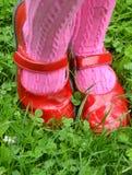 小女孩的红色鞋子 图库摄影