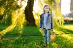小女孩的画象外面在一秋天天 库存照片