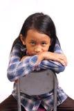小女孩看起来哀伤用手在奇恩角下 库存照片