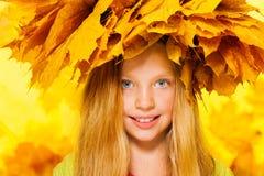 小女孩秀丽画象槭树花圈的 图库摄影