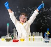 小女孩科学家满意对一个chemnical实验 免版税图库摄影