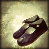 小女孩穿上鞋子背景 免版税图库摄影