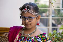 小女孩穿戴传统Rajasthani成套装备和首饰 免版税库存图片