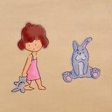 小女孩立场和暂挂兔子玩偶 免版税库存图片