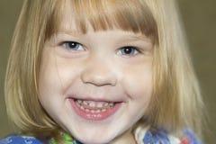 小女孩笑。 库存图片