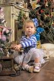 小女孩等待的圣诞节 库存图片