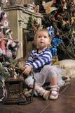 小女孩等待的圣诞节 免版税库存照片