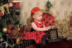小女孩等待的圣诞节 免版税图库摄影