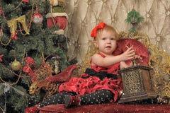 小女孩等待的圣诞节 库存照片
