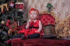 小女孩等待的圣诞节 图库摄影