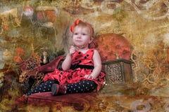 小女孩等待的圣诞节 免版税库存图片