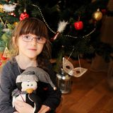 小女孩纵向在圣诞树下 库存图片