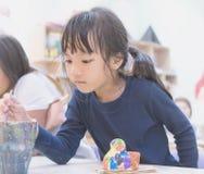 小女孩绘画在艺术教室 库存照片
