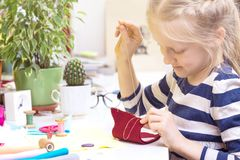 小女孩缝合玩具 库存照片