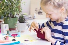 小女孩缝合玩具 图库摄影