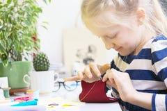 小女孩缝合玩具 免版税库存图片