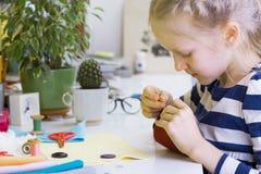 小女孩缝合玩具 库存图片