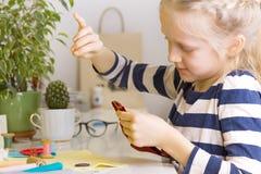 小女孩缝合玩具 免版税库存照片