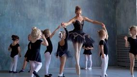 小女孩舞蹈芭蕾 芭蕾类的孩子 一点芭蕾舞女演员和老师 美丽的景色 影视素材