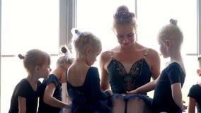 小女孩舞蹈芭蕾 芭蕾类的孩子 一点芭蕾舞女演员和老师 美丽的景色 股票视频