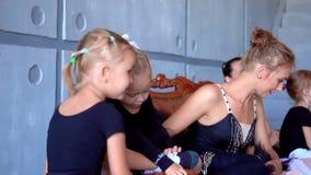 小女孩舞蹈芭蕾 芭蕾类的孩子 一点芭蕾舞女演员和老师 美丽的景色 股票录像