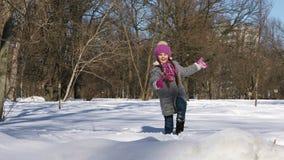 小女孩获得乐趣在冬天城市公园 股票录像