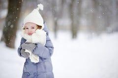 小女孩获得乐趣在冬天 免版税库存照片