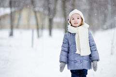 小女孩获得乐趣在冬天 库存照片