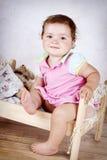 小女孩获得乐趣在小床 库存图片