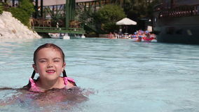 小女孩获得乐趣在游泳池 股票视频