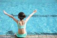 小女孩获得乐趣在游泳池 免版税库存照片