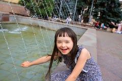 小女孩获得乐趣 库存图片