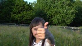 小女孩获得乐趣 股票视频