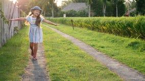 小女孩获得跑在阳光下领域的乐趣 股票录像