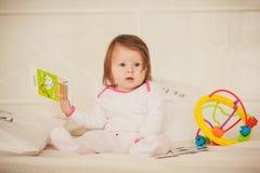 小女孩藏品色的书 免版税库存图片