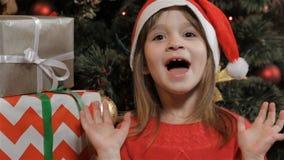 小女孩表达圣诞节的兴奋 股票录像