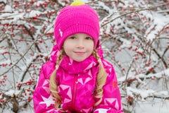 小女孩被编织的帽子特写镜头画象  免版税库存照片