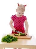 小女孩裁减沙拉 免版税库存照片