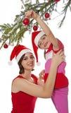 小女孩装饰一棵圣诞树 免版税库存照片