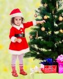 小女孩装饰圣诞树 图库摄影
